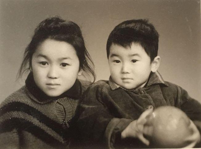 作者姊弟倆當年不滿十歲的合照。