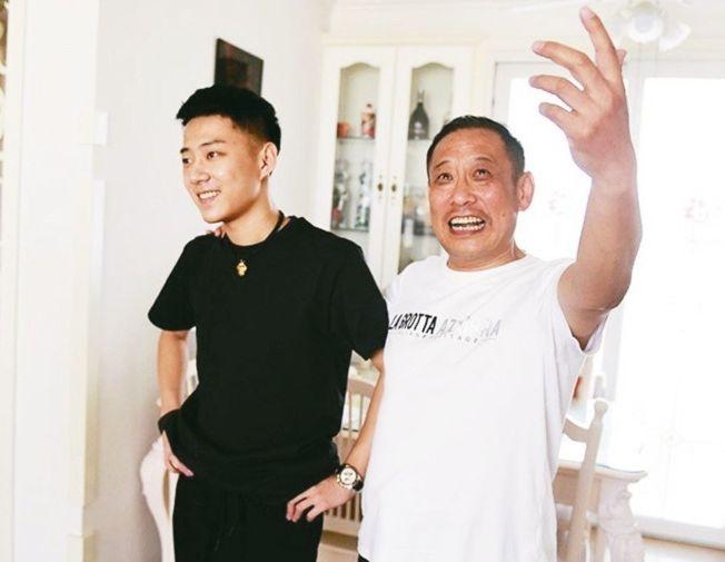 影音平台「抖音」達人「老王歐爸」父子檔組合,左是王海艦,右是王軍。 (取材自青島新聞網)