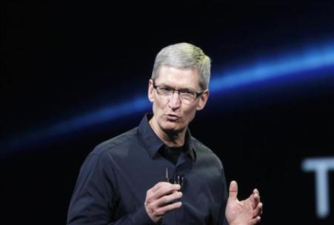 傳蘋果正在設計一套微型顯微鏡裝置,以結合光學鏡片技術。圖為蘋果執行長庫克。(路透資料照片)
