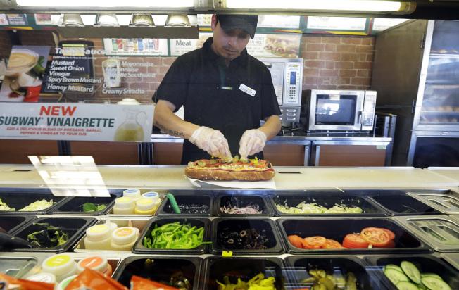 西雅圖的賽百味店員正在製作餐點。(美聯社)