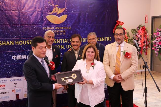 斯塔福副市長Virginia Rosas(前右)率該市市議員,致贈「斯塔福金鑰」給佛山市副市長喬羽(前左),歡迎他隨時來訪。