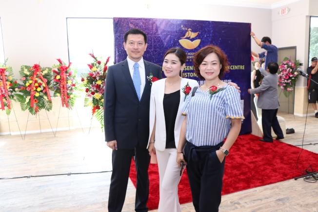 上海聯誼會會長Casey Chen(右)與大會主持人陳峻(左)、劉金璐合影。