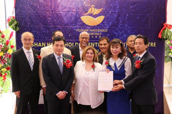 聯邦眾議員Al Green華裔助理譚秋晴(前排右二)代表頒發賀狀表揚喬羽(左一)、郭秉培(右一)的貢獻。