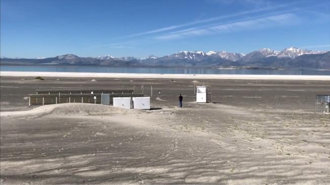 莫諾湖水位因氣候變遷下逐年下降。(洛杉磯時報/影片截圖)