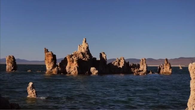 莫諾湖有著有如桂林山水般的石柱景象。(洛杉磯時報/影片截圖)