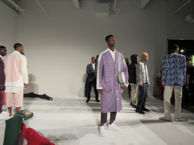 Han Xu以簡約洗鍊的紳士風西裝搭配活潑的顏色。(記者顏嘉瑩/攝影)