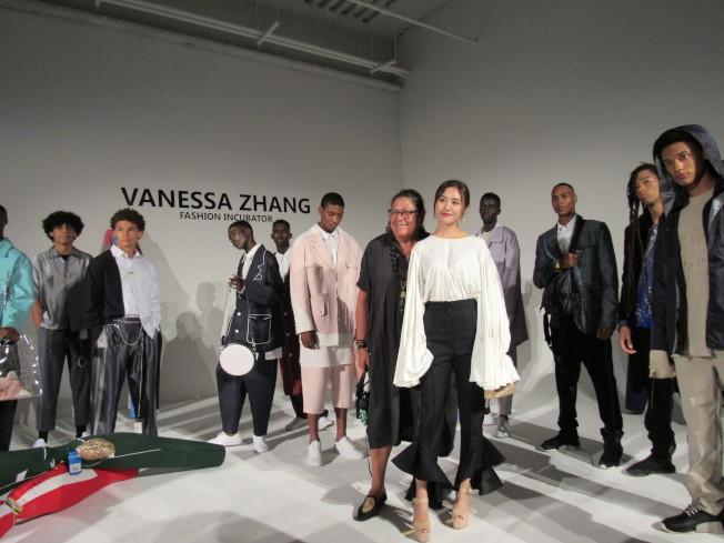 張馨心(著白色衣服者)選出三位分別代表中國、倫敦和紐約的時裝設計師參加活動,提高華人在時尚界的能見度。(記者顏嘉瑩/攝影)