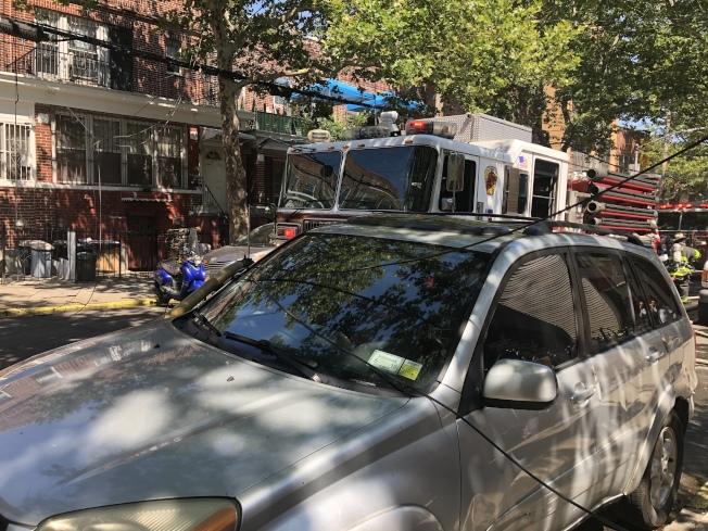 電線被點燃後斷開,掉在周邊停放的車輛上。(記者黃伊奕/攝影)