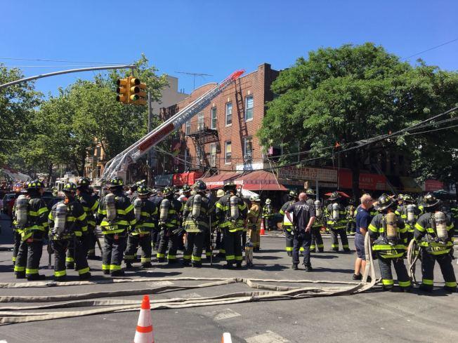 超過百名消防員趕來救火。(記者黃伊奕/攝影)