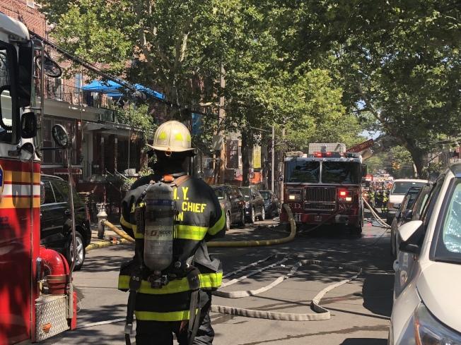 消防車將57街占滿。(記者黃伊奕/攝影)