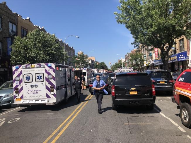 大量救護車停在7大道待命。(記者黃伊奕/攝影)