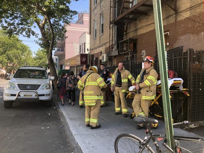 救護人員在街頭待命。(記者黃伊奕/攝影)