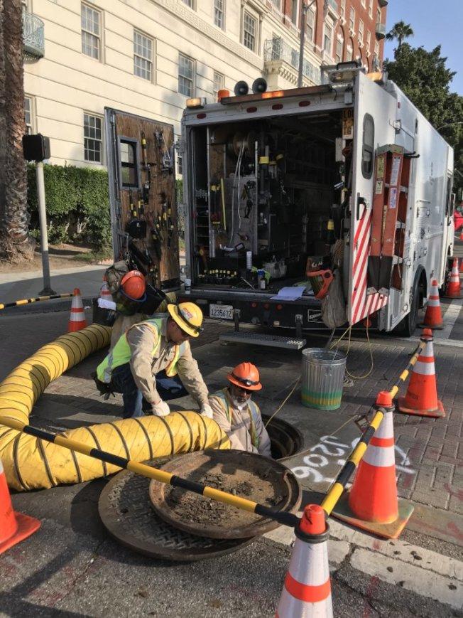 洛市水電局的技術人員正在搶修電力。(LADWP提供)