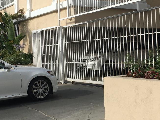 附近公寓住宅區遭受兩次斷電,車庫電動閘門無法遙控,讓不少原本想回家的民眾,卡在住宅區的車庫外。(記者謝雨珊/攝影)