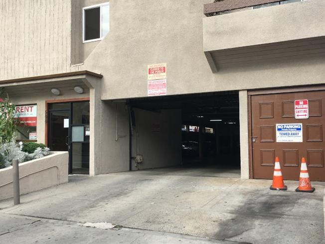 好幾棟公寓暫停車庫自動閘門系統,大門敝開方便住戶出入,以防萬一。(記者謝雨珊/攝影)