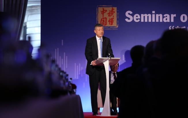 中國駐英大使劉曉明在英國媒體發表文章批評美國。(新華社)