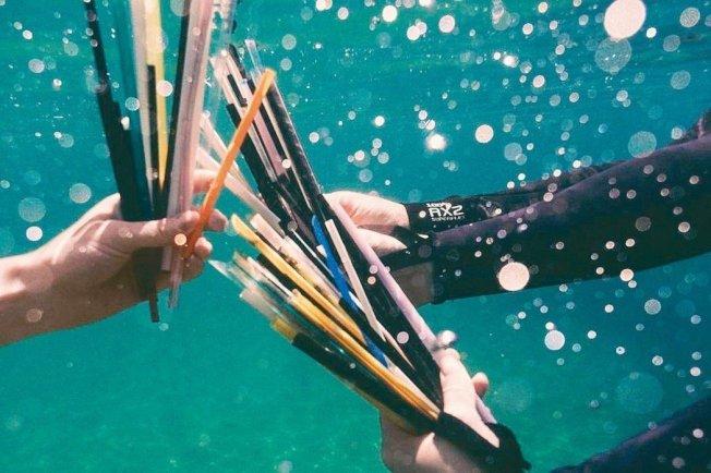 「吸管運動」收集海邊吸管垃圾與相關數據,希望改變企業使用塑膠和吸管的作法。 (取材自Operation Straw)