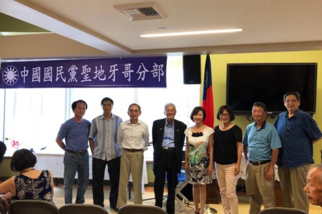 主講人陳立家(左四)和中國國民黨聖地牙哥分部委員合影。(中國國民黨聖地牙哥分部提供)