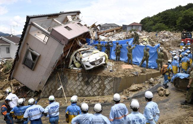 日本警方與自衛隊人員9日在廣島熊野町救災。(歐新社)