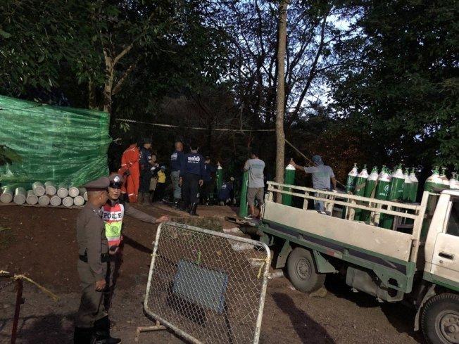 泰國今天持續救援仍在北部洞穴裡的4名男童和1名足球教練。圖為7月5日傍晚,因洞穴內空氣稀薄,卡車運來大量氧氣瓶向洞內充氧。 中新社