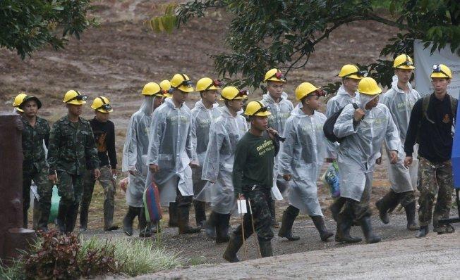 救援隊員前往岩洞準備行動。美聯社