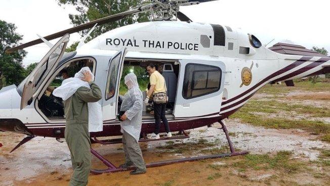 直升機將從岩洞脫困的球員送往附近醫院。路透