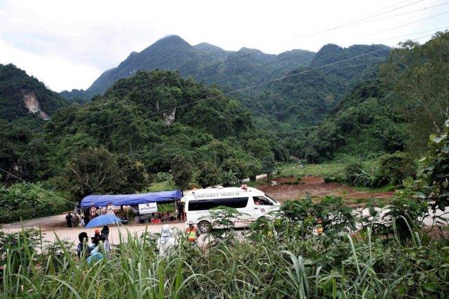 載運被救出人員的救護車正駛往野戰醫院。路透