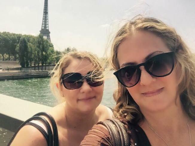 梅利莎‧霍爾曼(右)和莎拉‧康納(左)因捐贈卵子成為好友,兩人一起到法國出遊。取自霍爾曼臉書