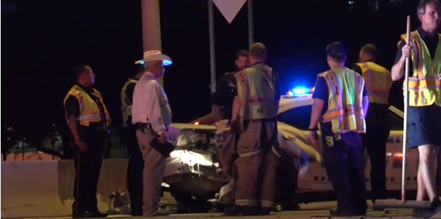 涉嫌醉酒駕車並逃避警察追捕,最後撞上一輛警車才停下,並造成兩名警員在車禍中受傷。(取自 NBC 電視台)