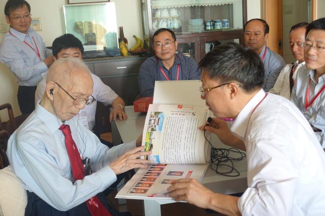 圖為田家炳(前左)2017年在家中接待內地田家炳中學校長訪港團。(新華社資料照片)