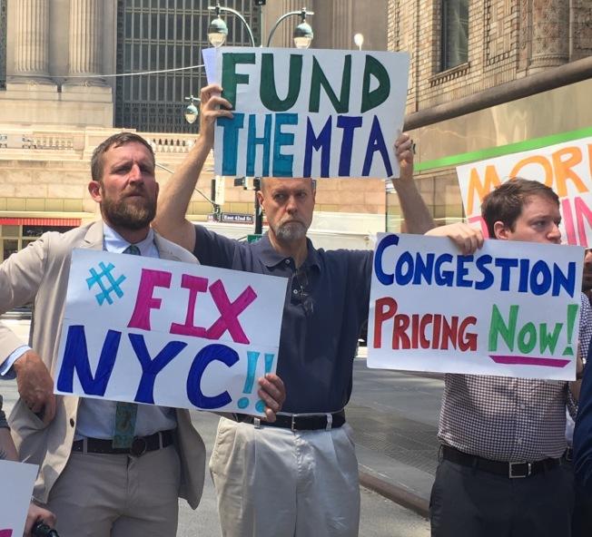 乘客維權組織10日在大中央車站廣場聚集,提出「2018交通和公平議程」推動政府為紐約交通系統的完善計畫籌集資金。(記者張筠/攝影)
