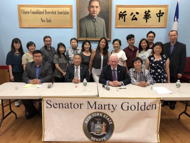 高頓(前排右二)拜訪中華公所,反對特殊高中入學改革。(記者洪群超/攝影)