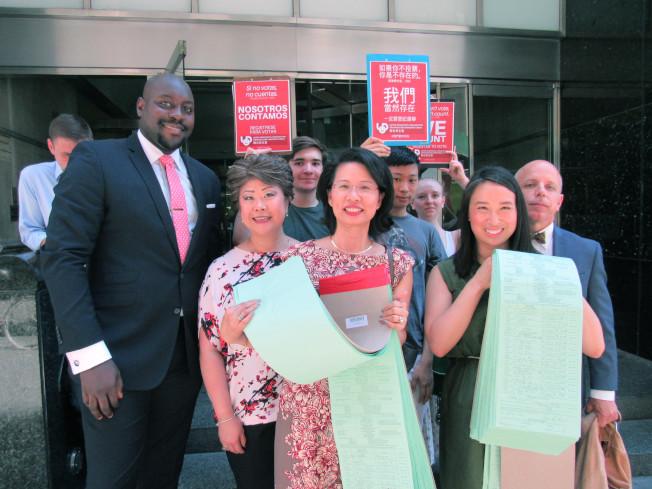 華埠聯合民主黨俱樂部10日宣布,於一個月內蒐集到2845個連署簽名,支持18位參選人參加9月13日的黨內初選。前排由左至右為周康保、司徒仲菁、劉林劍虹、牛毓琳和羅維義。(記者顏嘉瑩/攝影)