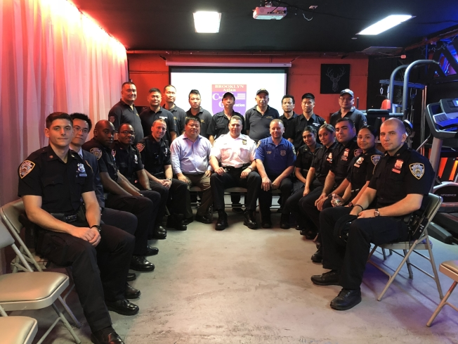 66分局新警員拜訪布碌崙民安隊,隊長柳寶枝(前排左六)熱烈歡迎。(記者黃伊奕/攝影)