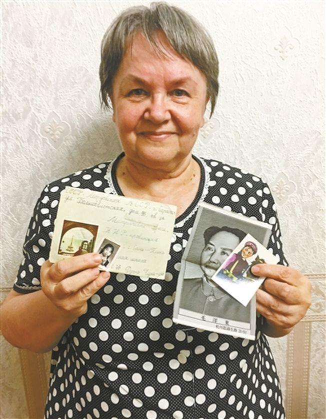 柳霞奶奶展示筆友56年前寄來的書信。(取材自北京青年報)