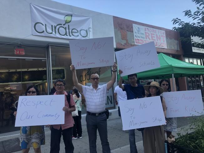華裔家長10日在新開張的Curaleaf森林小丘店門前抗議。(記者陳小寧/攝影)