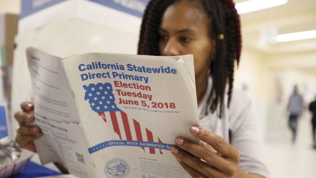 一名選民6月5日在舊金山市政廳準備投票。(美聯社)