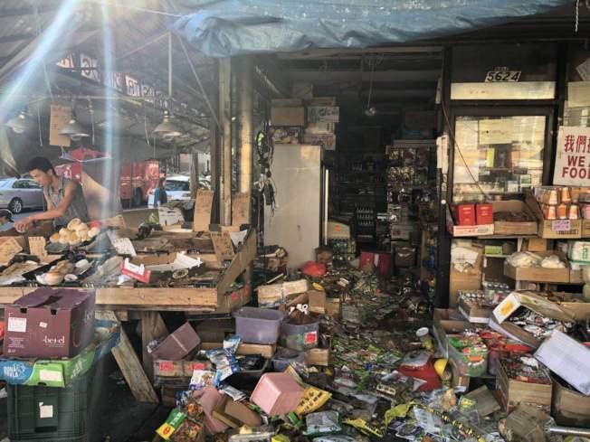 陳先生店內被燒得一片狼藉。(陳先生提供)