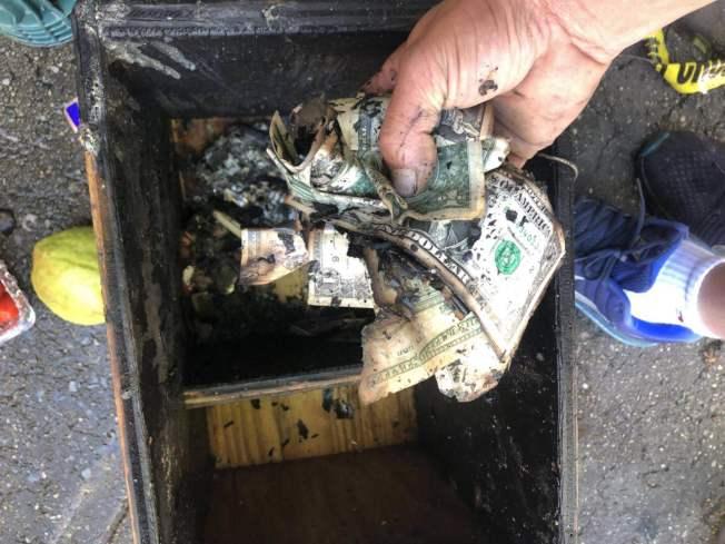 火災燒毀商家店鋪,現金盒裡鈔票也變成灰燼。(陳先生提供)