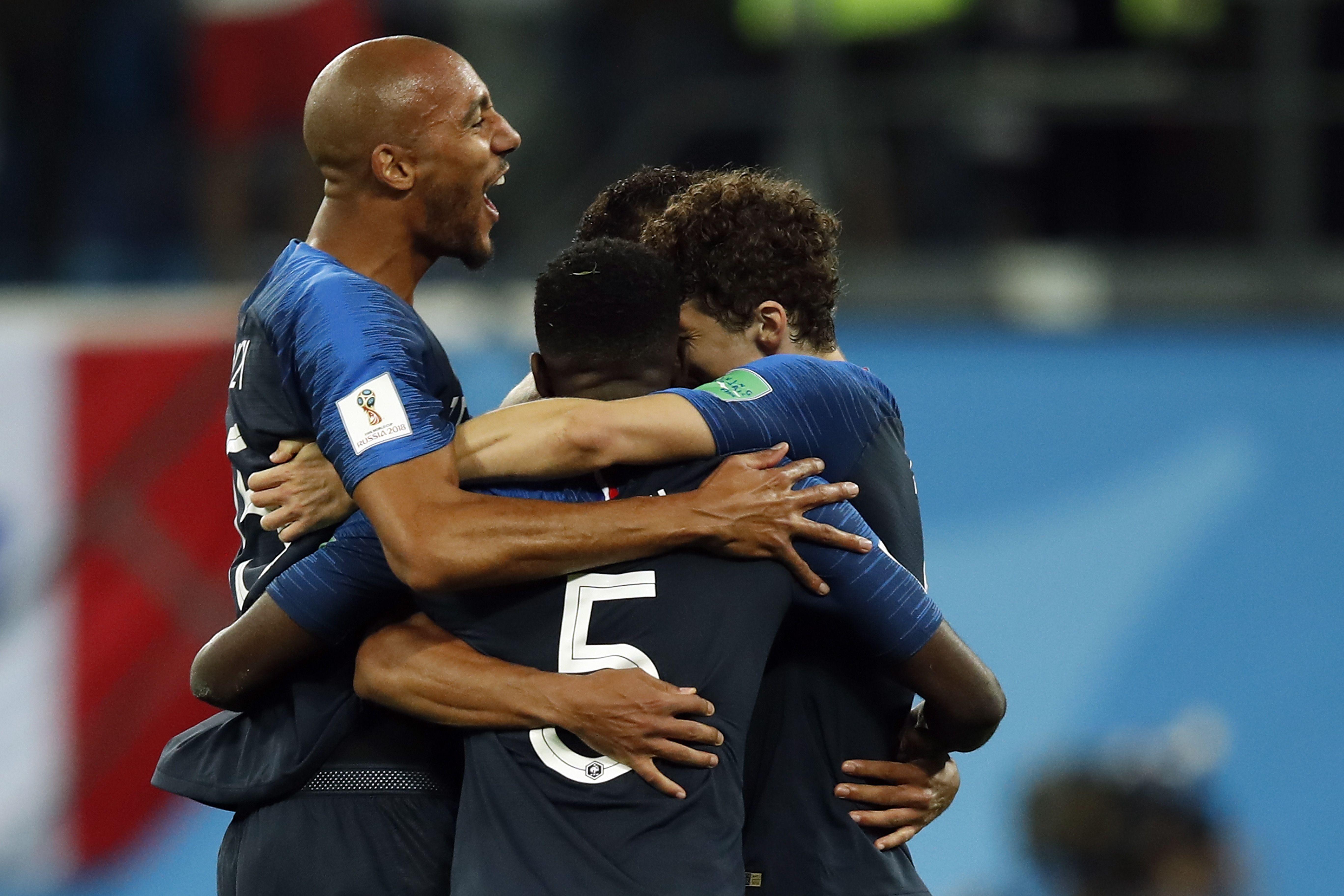 世足賽法國以1:0擊敗比利時,圖為終場哨響,法國球員抱成一團慶祝。(Getty Images)