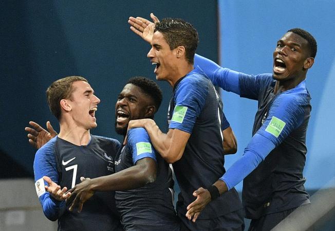 擊敗比利時後,法國球員狂喜慶祝。(美聯社)