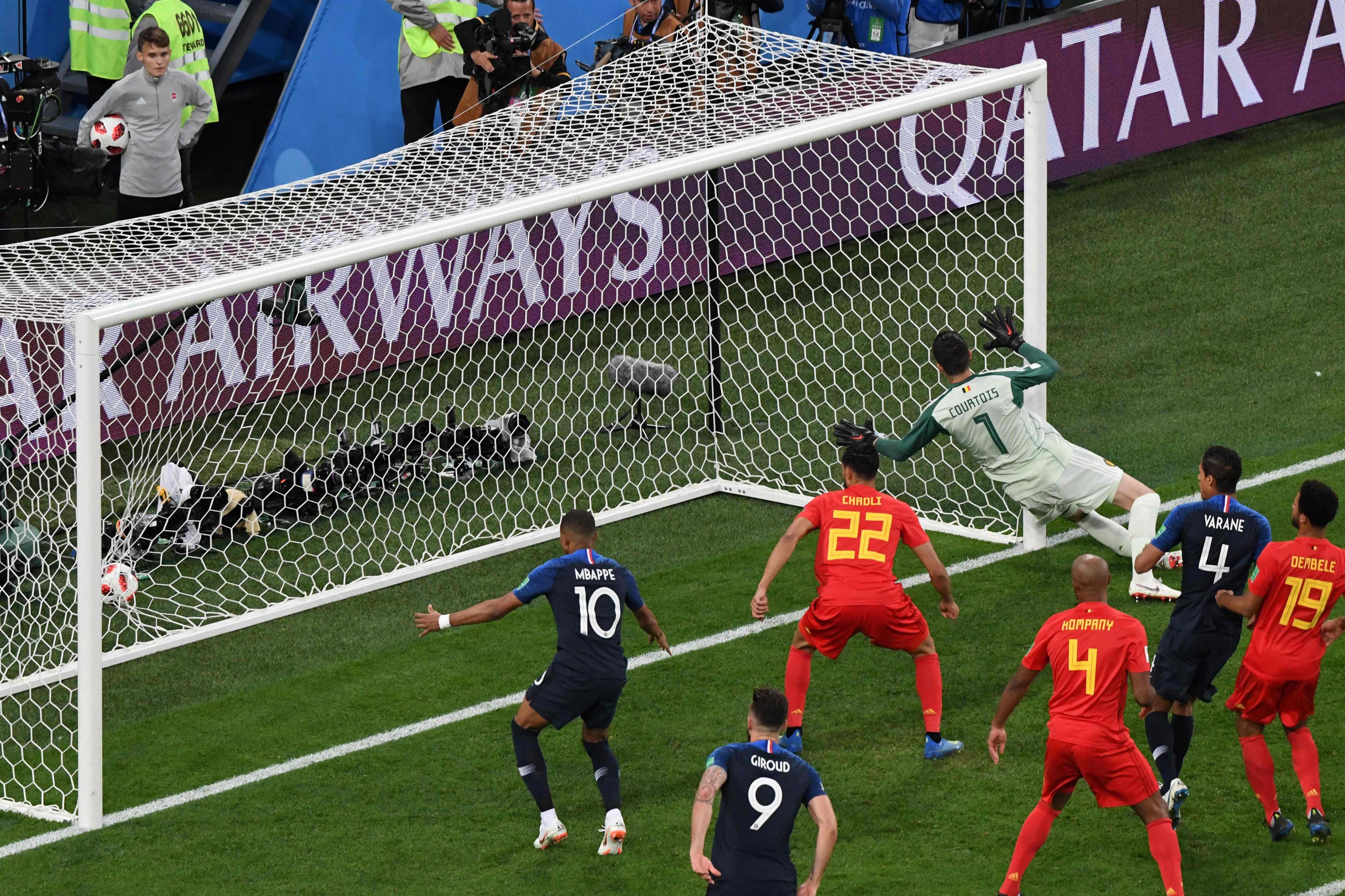 世足賽法國以1:0擊敗比利時,圖為法國隊(藍色球衣)進球。(Getty Images)