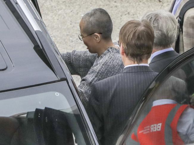 劉霞抵達柏林機場,在停機坪就被接上車,未與歡迎人群照面。(美聯社)