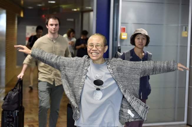 諾貝爾和平獎得主劉曉波遺孀劉霞抵達芬蘭赫爾辛基,笑著張開雙臂迎接新的生活。(Getty Images)