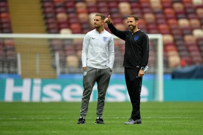 英格蘭主帥索斯蓋特(右)與中場韓德森(左)10日在訓練場上。(Getty Images)