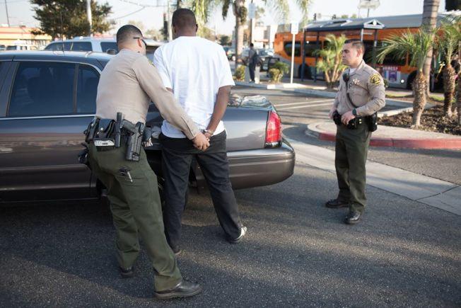 圖為洛縣警局康普頓分局員警逮捕嫌犯。(LASD網站)