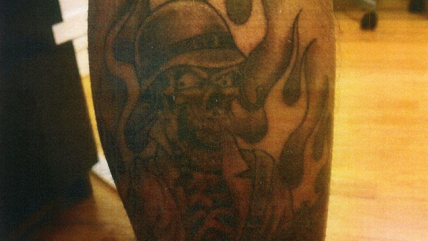 康普頓洛縣警局多名警員紋上同一種紋身,引來猜測。(洛杉磯時報)