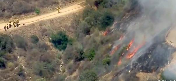 火勢在20分鐘內快速蔓延2英畝。(截圖自CBS)