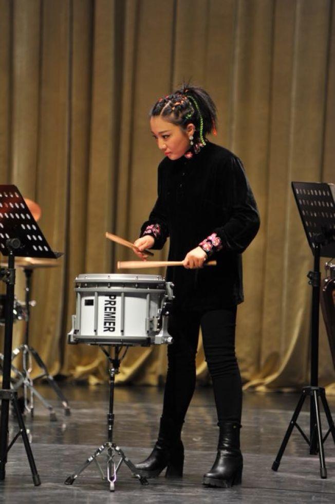 姜晗晗不僅將自己所學的中西音樂融合,還通過音樂和智力發展障礙孩子溝通。(姜晗晗提供)