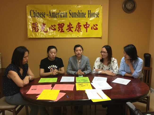 陽光心理安康中心負責人陳張栩(左三)介紹親子課內容。(記者黃伊奕/攝影)